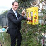 Hr. Vieten am Bienenfutterautomat